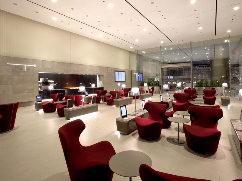 """Die besten Business Lounges der Welt Die britische Unternehmensberatung Skytrax kürt mit dem World Airline Award Jahr für Jahr die besten Fluggesellschaften. Der Sieger wird durch regelmäßige Umfragen unter Flugpassagieren ermittelt. 2016 wurden 19 Millionen Passagiere aus 104 Ländern in der größten internationalen Umfrage. In der Kategorie Business Lounge steht Qatar Airways ganz oben. 1. Qatar Airways: Doha Die 10.000 Quadratmeter große Al Mourjan Business Lounge bietet nach dem Selbstverständnis der nationalen Airline von Katar den Standard eines luxuriösen Fünfsterne-Resorts. Designermöbel, handgefertigte Verzierungen, hohe Decken und bronzefarbene Wände prägen die Atmosphäre. Kontinentales und orientalisches Restaurant, Feinkostboutique, Konditorei, Spa-Duschen. Zugang nur für Qatar Airways und Oneworld First Class sowie Business Class-Reisende. 2. Turkish Airlines: Istanbul 5900 Quadratmeter auf zwei Ebenen mit Platz für mehr als 1000 Fluggäste. Kinderspielplatz, Bücherei, Billard, Carrera-Rennbahn, Kino, regionale und internationale Spezialitäten Zugang für Passagiere der Business Class, Inhaber der Miles&Smiles Elite Karte (inkl. ein Gast), Elite Plus Karten Inhaber samt Familie sowie Star Alliance Gold Karten-Inhaber. 3. Cathay Pacific: Hong Kong Am Heimatflughafen Chek Lap Kok wartet die Airline mit vier Abflug-Lounges auf. Flaggschiff ist die 3300 Quadratmeter große """"The Pier"""" am Gate 65 für 550 Reisende mit 'cooked made-to-order-Station', traditioneller Noodle Bar und Tea House. 'The Cabin' mit Health Bar, Deli und Relaxing Zone. 'The Bridge' mit frische Backwaren, Coffee-Loft mit diversen Kaffeesorten in Barista-Qualität und Ferneh-Lounge. 'The Wing' mit Cocktail- und Nudelbar Zutritt haben Passagiere der First und Business Class sowie Mitglieder des Marco Polo Club (ab Silver Card) und Vielflieger der oneworld-Allianzmitglieder (ab Sapphire Status). 4. Virgin Atlantic: London Heathrow Die 'Clubhouse Lounges' im Upper Class Wing in Terminal 3 mit Deli, """