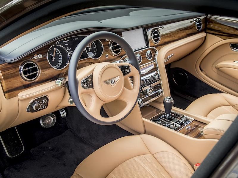 Fahrbericht Bentley Mulsanne - Leder, Holz, Chrom und eine reichlich gedeckte Knopf,- und Schalter-Tafel. Foto: Corinna Keller