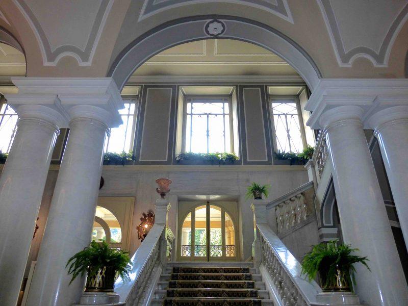 Villa d'Este: Treppenhaus mit Säulen