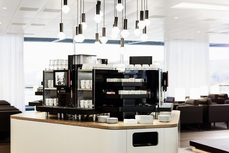 Tee und Kaffee in der Business Class Lounge von SWISS