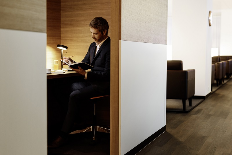 swiss_business_lounge_review_workstations