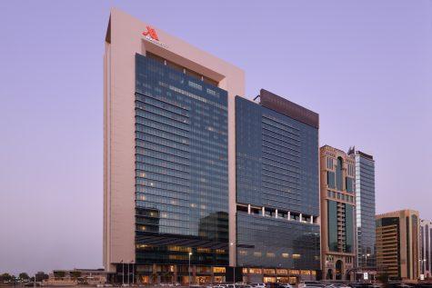 Die Glasfassade des Marriott Downtown Abu Dhabi