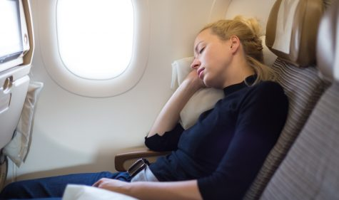 Im Flugzeug schlafen
