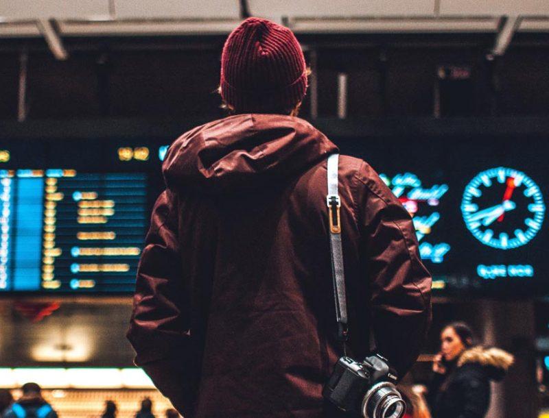 Auf dem Flughafen die Zeit vertreiben